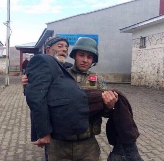 Erzurum' da Oy kullanmaya giden yaşlı amcayı taşıyan Mehmetçik