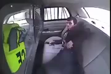 Polis Aracından Kaçmak İçin Çakmağını Ustaca Kullanan Suçlu