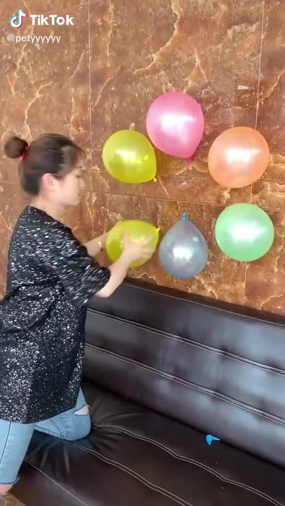 Balon şişiren köpek