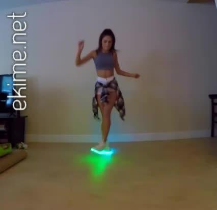 Işıklı Ayakkabıları İle Dans Eden Genç Kız